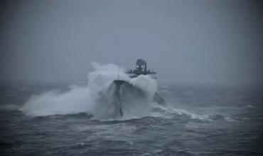 Корабль Кузнецов ушаков прорывается сквозь сильный шторм