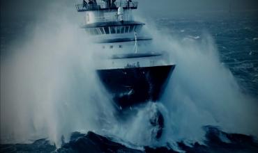 Шторм в девять баллов обрушился на судно