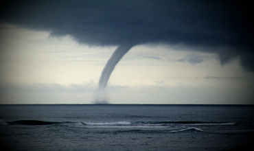 Смерч на море — мощный атмосферный вихрь, приближающийся к берегу