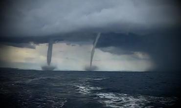 Два параллельных торнадо в океане