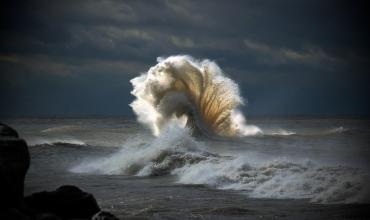 Морская стихия демонстрирует мощь в полной мере