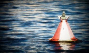 Плавучие и навигационные знаки ограждения опасностей, указания кромок и оси судового хода