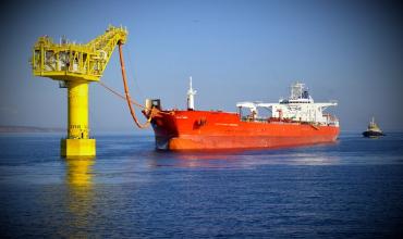 Загрузка танкера нефтью