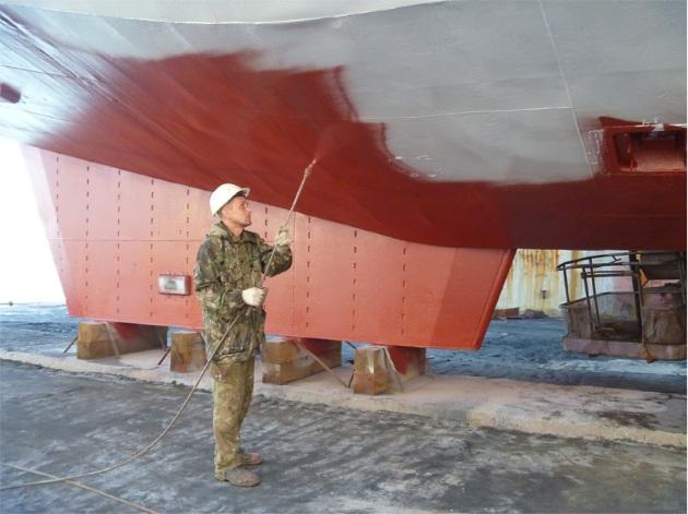 Процесс покраски судна