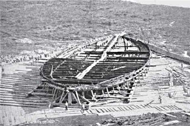 Остов одного из кораблей, поднятых со дна озера Неми