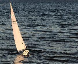 Движение судна постоянным курсом при изменении режимов работы движителей