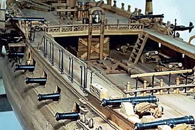 Расположение артиллерии на макете знаменитого французского 32-пушечного фрегата «Бель Поль», построенного в 1765 г.