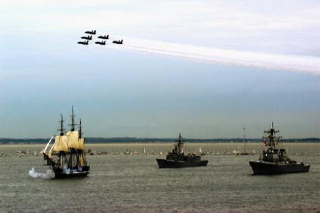 Знаменитый фрегат «Конститьюшн» в Бостонской гавани в одном строю с современными боевыми кораблями и самолетами военно-морских сил США. 1997 г.