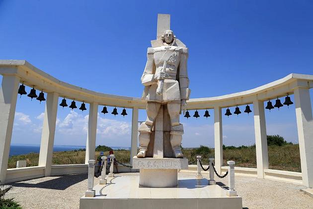 Памятник Ф. Ф. Ушакову на м. Калиакра