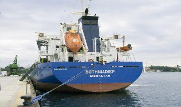Взаимодействие плавучего дока и судна: усилия между ними и моменты изгиба